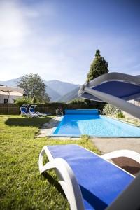 Sonnenliegen am Pool - Pension mit Schwimmbad